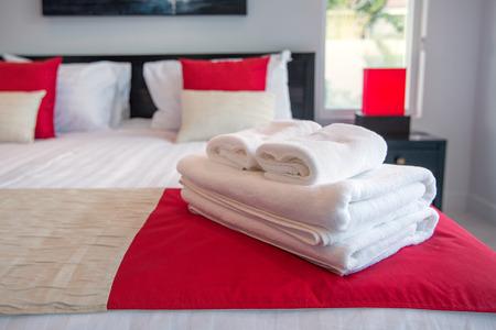 toallas: Toallas de baño en la cama de la habitación del hotel Foto de archivo