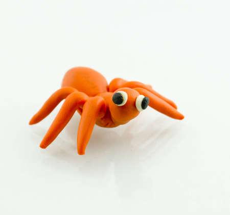 Spider-Skulptur mit Ton.