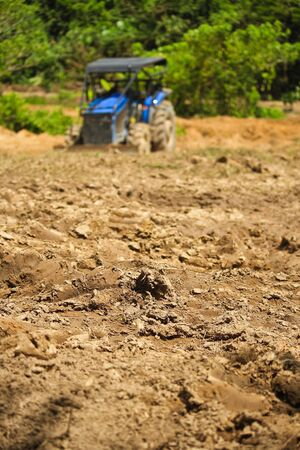 Los tractores est�n arando la tierra para la plantaci�n Tractores Foto de archivo - 17031817