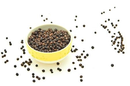 pepe nero: Pepe nero in tazza gialla e su sfondo bianco.