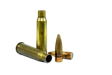 弾薬が使用された。地面に弾丸が白い背景を持つ 写真素材