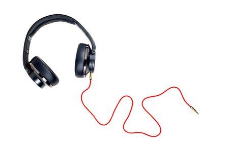 Zwarte hoofdtelefoon en rode kabel isoleren op witte achtergrond. Stockfoto