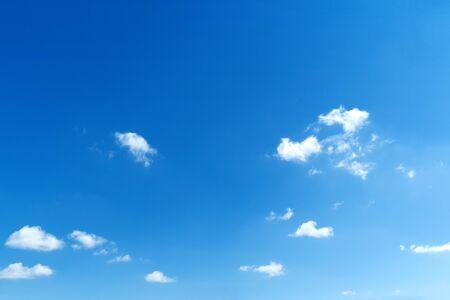 Cielo azul con nubes blancas. Espacio de copia en blanco agregar texto Foto de archivo