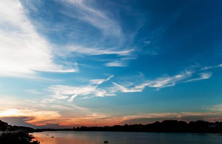 Beautiful sunset with clouds River view In the evening 免版税图像