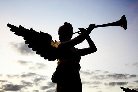angel de la guarda: escultura ángulo blanco con flauta Foto de archivo