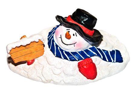 Een leuke smelt snowman beeldje houden een leeg teken van houten.  Stockfoto
