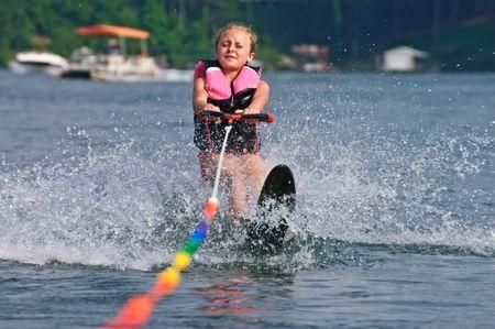 slalom: Młoda dziewczyna (8 lat) począwszy od jej slalomu uruchomić za łodzi.