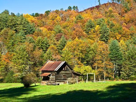 kabine: Ein wenig Blockhaus, versteckt im Tal mit Farben des Herbstes all around. Smoky Mountains im Norden GA.