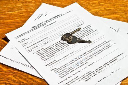 Un contrato para comprar una casa con teclas de listas. El mercado parece ser rebotes.