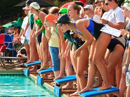 staffel: Cumming, Georgia, treffen Forsyth County - Juni 18, 2010 - Teenage Mädchen während schwimmen Relay Wettbewerbs, die Lake Forest Lightening Vs die Long Lake-Marlins. Team-Mitglieder bereit, für Ihre Runde Tauchen.