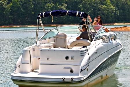lagos: Una familia en un barco agitando como consiguen listos para salir.   Foto de archivo