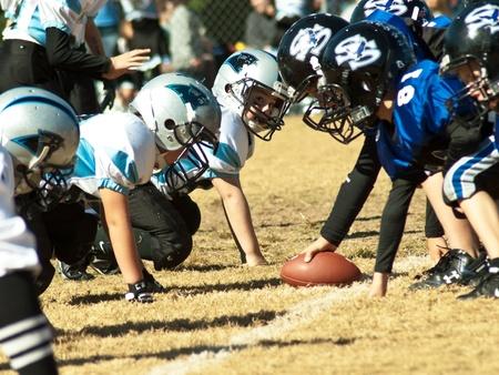 Cumming, GA, Verenigde Staten - 8 November - groep van jonge jongens op het voetbalveld klaar voor de spelen. Forsyth County, Cumming, GA, 8 November 2008, een jongens team van 8-9 jaar-olds, de Panthers vs oorlog Eagles.
