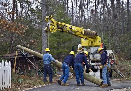 타이거, 조지아, 미국 -2011 년 3 월 4 일 - 라인과 극을 수리하기 위해 일하는 남성 그룹이 최근의 폭풍우 동안 짓궂았다.