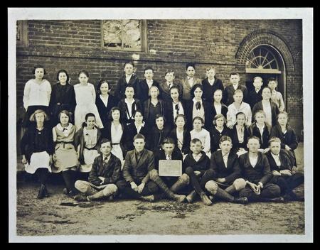OCILLIA, GA/USA - Vintage clase de séptimo grado de imagen, Ocillia, GA, 1922.  Clase delante del edificio de la escuela. Foto de archivo - 9889557