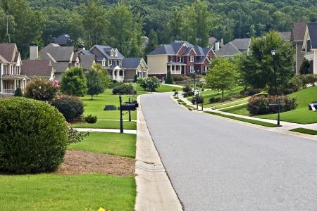 Une rue sur une journée tranquille dans un quartier de banlieue.