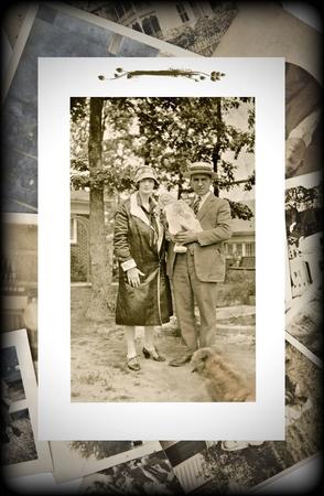 Una fotografía vintage original de una pareja con un bebé en un fondo de fotos antiguas. Foto de archivo - 10519354