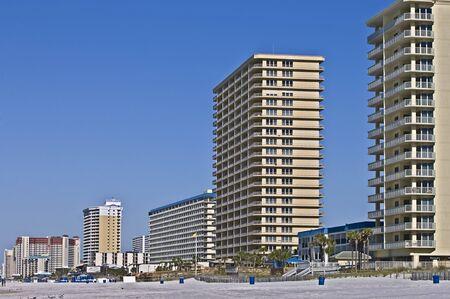 panama city beach: Cobdominiums in fila lungo la spiaggia di Panama City Beach, Florida. Editoriali