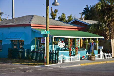 panama city beach: Panama City Beach, FLA: 28 ottobre  A carino, colorato negozio in una zona di ristoranti e negozi popolare con i turisti. Panama City Beach, Fla, 28 ottobre 2011. Editoriali