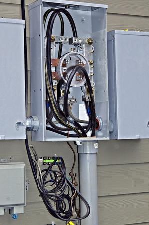 woonwijk: Binnenkant van een elektrische doos die wordt gerepareerd of geïnstalleerd.