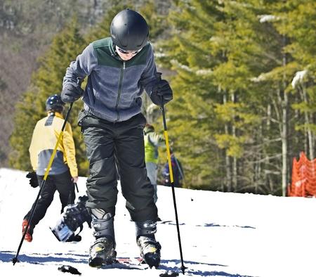 A young boy getting ready to ski  免版税图像