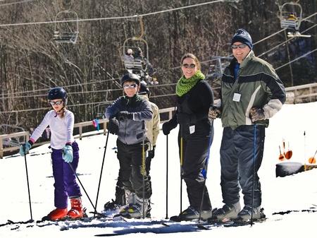 스키 슬로프에서 휴가를 즐기는 가족