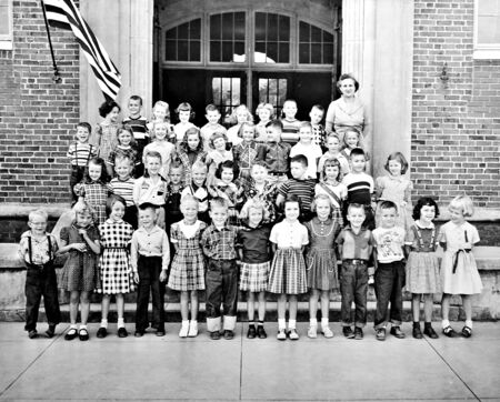 Macon, GaUSA- September 1952: A class of children and their teacher in front of the school building. 新闻类图片