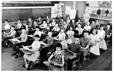 메이컨, 조지아  USA- 1959년 9월 : 책상에서 학생들과 함께 교실 사진.