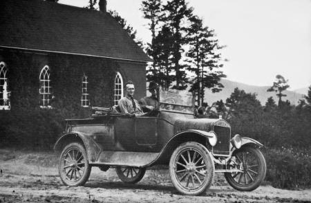 Dos hombres sonrientes en un viejo camión convertible. Foto de archivo - 18899385