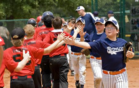 Cumming, 조지아, 미국 - 5 월 15 일 : 리틀 리그 야구 게임, 10-11년 세 소년, 불독 야생마, 2010년 5월 5일 대, 포 시스 카운티, Cumming 조지아의 끝에 축하합니다