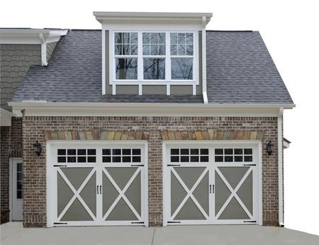 puerta: garaje doble puerta a la entrada de un nuevo hogar moderno. Foto de archivo