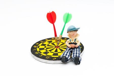lanzamiento de jabalina: Chico joven con un tablero de dardos, el concepto necesita éxito. misión cumplida
