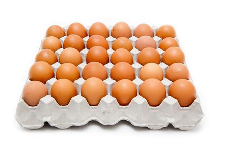 Verpak 30 eieren op een witte achtergrond.