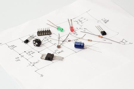 componente elettronica a portata di mano carta disegno schematico.
