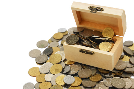 houten kist vol met munten op witte achtergrond