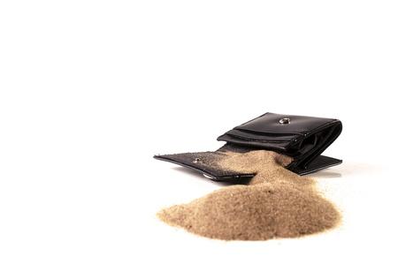Lege portemonnee met zand in plaats van geld
