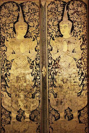 L'art traditionnel thaï peinture de style, zone aurifère recouvert d'une feuille d'or véritable, peinte sur la porte de l'église de Wat Phra Sing, Chiang Mai, Thaïlande Généralité en Thaïlande toute forme d'art salle moine Banque d'images - 16266442