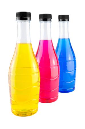 rainbow cocktail: Brillante acqua colorata in bottiglia su sfondo bianco