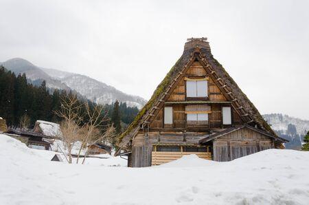 encogimiento: Hist�rico Shirakawago pueblo japon�s en invierno, se�al de viajes de Jap�n Foto de archivo
