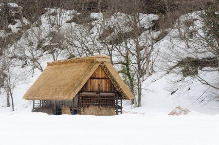 encogimiento: Hist�rico Shirakawago pueblo japon�s en invierno, se�al de viajes de Jap�n Editorial