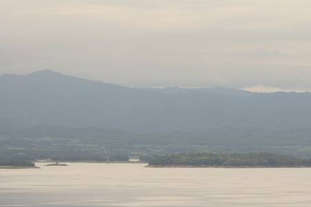 Montagne et de l'eau avec du brouillard le matin photo