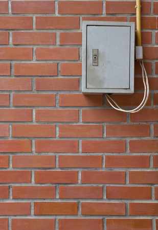 fixed line: Caja de distribuci�n el�ctrica en la pared de ladrillo Foto de archivo
