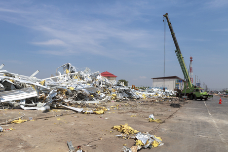MUENG, MAHA SARAKHAMTHAILAND MAY 2015: Crane salvages market building damage besides highway due to heavy rain disaster on May 1, 2015 in Maha Sarakham. Storm occurred at night of April 30, 2015. 新闻类图片