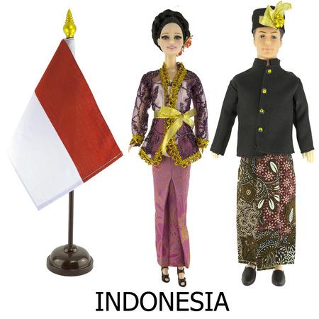 identidad cultural: vestido nacional indonesia para el hombre y la mujer wered en las mu�ecas y el escritorio indonesia bandera de la naci�n