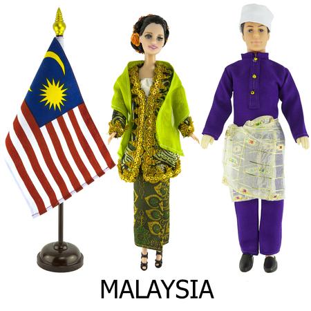 identidad cultural: vestido nacional malasia para el hombre y la mujer wered en las mu�ecas y la bandera de la naci�n malasia escritorio