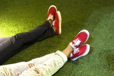 pareja de esposos: dos piernas par con zapatos rojos, amor, te quiero en hierba Foto de archivo