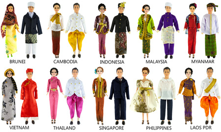 アジアは、白い背景で隔離の人形をドレスします。