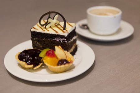 beautiful cake and sweet snack with a cup of coffee 免版税图像