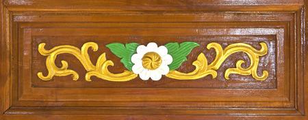 tallado en madera: Estilo tailandés del modelo de flor carv en laca puerta de madera Foto de archivo