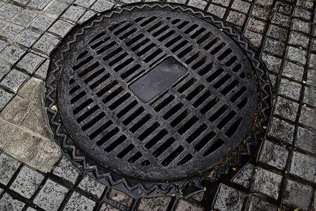 black block: tapa de alcantarilla en la calle bloque negro.
