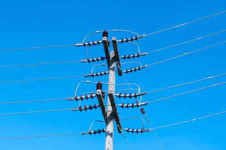 exceeding: De alto voltaje es el voltaje el�ctrico entre las l�neas de alimentaci�n superiores a 1000 voltios o m�s.